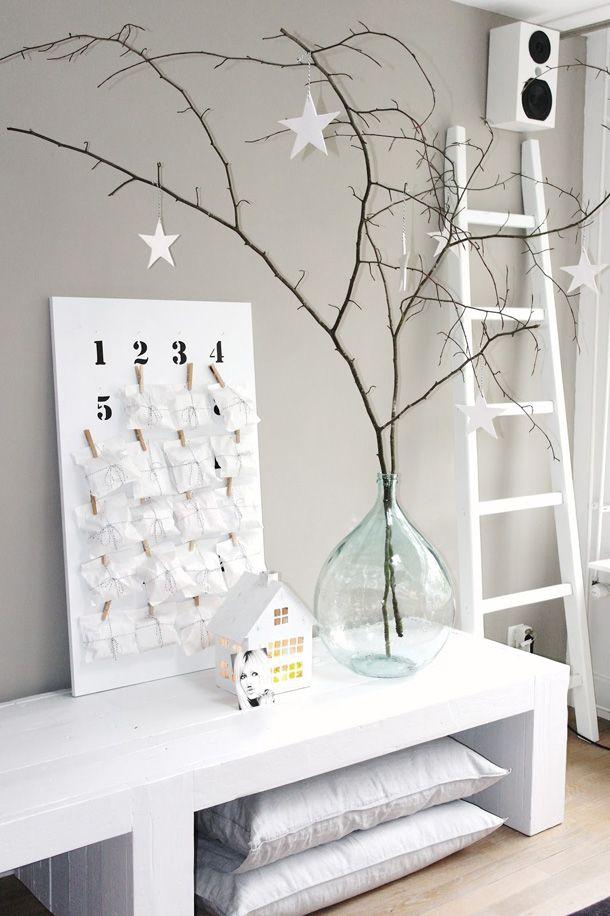 Adventskalender met witte pakjes voor in een rustig interieur