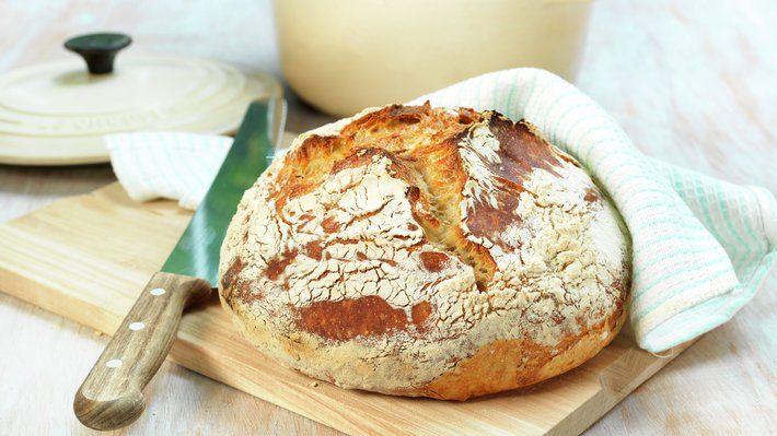 Grytebrød, eltefritt brød eller no-knead-bread om du vil, er en etterhvert velkjent brødbakingsteknikk som krever litt planlegging, men allikevel minimal innsats. Belønningen er et luftig og saftig brød, med en perfekt sprø skorpe. Oppskriften gir 1 brød.