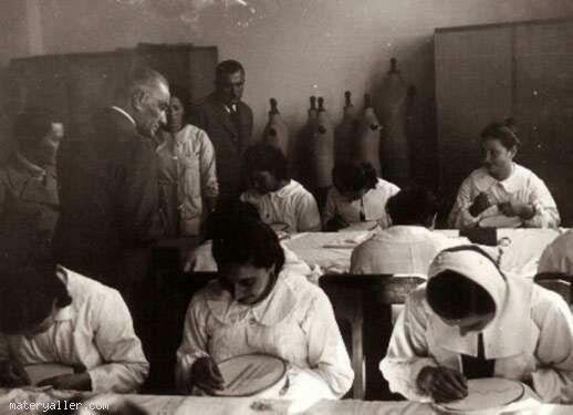 19 Kasım 1937 Cumhurbaşkanı Atatürk, Adana İsmet Paşa Kız Enstitüsü' nde el sanatı çalışmalarını izlerken