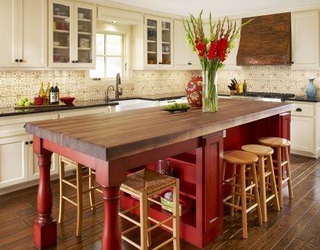 Une cuisine avec un îlot-lunch rouge