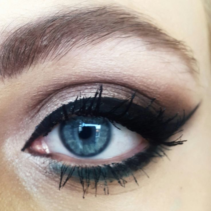 One of my favourite everyday make up that makes blue eyes pop!   #blueeyes #eyeliner #eyes #blue #winged #makeup #trucco #occhi #azzurri #blu #brown #kikocosmetics #eyebrow #lips