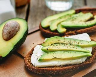 Toasts détox avocat et fromage frais 0% pour petit déjeuner minceur