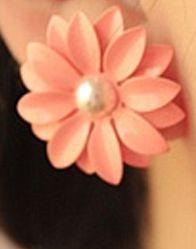 Orecchini a forma di fiore. http://s.click.aliexpress.com/e/Jiuvjyj