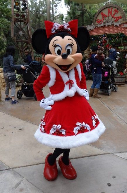 10 Photos of Disneyland Characters Donning Their Holiday ...
