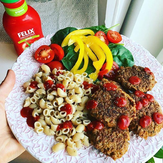 """Ibland är enkelt det godaste🍝 Vegetariska och hemmagjorda """"köttbullar"""" gjorda med Coops vegofärs, ägg, fiberhusk, kryddor med fullkornsmackisar och Stevia ketchup👌🏼 #vegetarisk #mattips #matinspiration #middagstips #bramatfrångrunden #vardagsmat #cleanfood #brasnabbmat"""