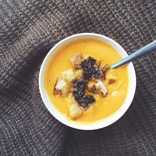 Je prépare un article sur des idées de toppings pour rendre les soupes plus gourmandes, et j'ai presque oublié de prendre une petite photo teasing avant de dévorer mon bol ! Voilà, c'est fait, rendez-vous demain sur le blog ! 😉🍵🍁❤️ / 🇬🇧 Soups are always so much better with good toppings. I almost forgot to take a picture before devouring mine today, but here it is! 😉🍵🍁❤️ #soupe #passionsoupe #bonappetit #vegetarien