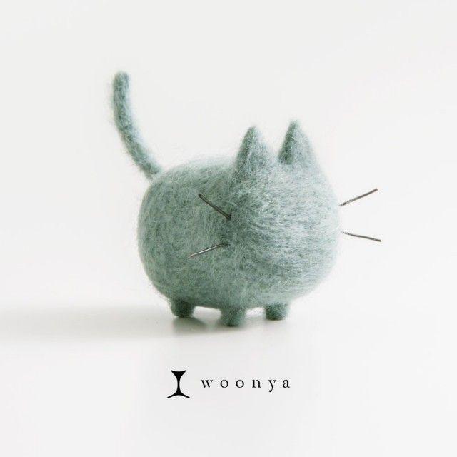 """「wool ・ nyanko」  羊毛フェルトのフワフワにゃんこ、""""woonya""""。 シンプルでも、かわいらしい命を感じられるカタチを目指し、 一匹一匹丁寧にチクチクチクチクチクつくっています。 机の上、玄関、テレビの上など、あなたのおうちにも一匹いかがですか?   ※woonya【Russian Blue】は、猫のロシアンブルーをモデルにした既製品です。 ※色・柄を指定して世界に一つのオリジナルwoonyaを制作する  サービスもございますので以下をご確認ください。  woonya【オーダーメイド】¥3,500  http://www.iichi.com/listing/item/287270 ※サイズは約W50 × D55 × H45 mmです。 ※woonya1体がすっぽり入るオリジナルボックスがが必要な場合は、  配送方法で、【定形外郵便(ギフトラッピング)】をお選びください。"""