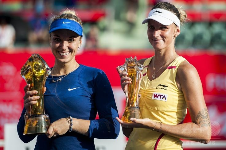 女子テニス、香港オープン(Prudential Hong Kong Tennis Open)シングルス決勝。表彰式に臨む(左から)ザビーネ・リシキ(Sabine Lisicki)とカロリーナ・プリスコバ(Karolina Pliskova、2014年9月14日撮影)。(c)AFP/XAUME OLLEROS ▼15Sep2014AFP|第1シードのリシキが優勝、香港オープン初代女王に http://www.afpbb.com/articles/-/3025895