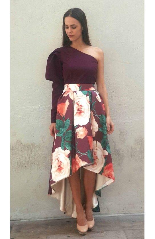 Olivia Hudson. Conjunto top burdeos abullonado con falda asimétrica tonos burdeos. #invitadaboda #fashion #style #boda #fiesta #graduation