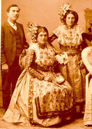 Νυφιάτικες φορεσιές σε στούντιο. Φωτ.: BORRIS, αρχές αιώνα, 1900 περ.Αρχείο Αφοί Κοκκαλη.