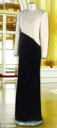 This dinner dress with a straight black skirt and asymmetrical bodice decorated with with white ribbon lace was designed by Catherine Walker, and Diana wore it to the premiere of the film 'Hook', and on the royal visit to Pakistan in 1992. The dress was part of the Christie's auction in 1997 and raised $ 29,900 for Diana's charities.