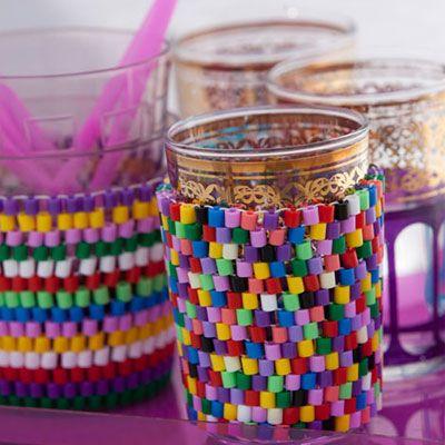 Du kan lave de mest fantastiske ting med perler og tråd. Prøv f.eks. at sy nye holdere til de varme teglas af farvestrålende Hamaperler.