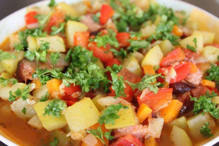 LECZO: 1 cukinia, 1 cebula, 1 papryka, 1 pomidor, 1 drobiowa kiełbaska (można zastąpić kawałkami kurczaka lub indyka), 1 marchewka (można wymienić na 3-4 pieczarki). Warzywa pokroić w kostkę,a kiełbaskę w krążki, wszystko razem gotować w niewielkiej ilości wody;  przyprawy: chilli, papryka ostra, papryka słodka, sól, pieprz, oregano;  można dodać łyżkę koncentratu pomidorowego