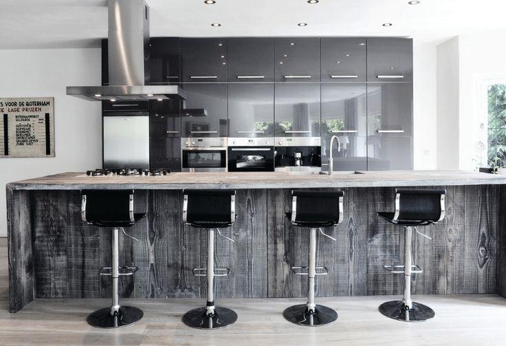Bijzondere keukens maken ze bij Restyle XL. Er worden daar geen traditionele keukens gemaakt maar keukens met een wel heel speciale uitstraling. De keukens worden namelijk gemaakt van hergebruikt hout.