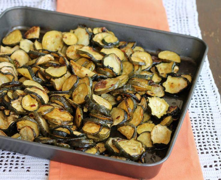 Le zucchine al forno con aceto sono un contorno semplice e saporito. Croccanti, profumate e facili da preparare, si accompagnano a carne e pesce.