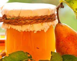 Birnenmarmelade - die Beste!    1 kg geschälte Birnen, 1 frische Orange, 1 Vanilleschote, 1 Pck. Gelierzucker 2:1, Zitronensaft  Birnen schälen u. in kleine Stücke schneiden, in Zitronenwasser vor Verfärbungen schützen. Orange auspressen, Saft über die Birnen gießen + durchmischen. 24 Std. abgedeckt (Tupperschüssel/Deckel) in den Kühlschrank. Birnen mit Saft in Topf geben, mit Gelierzucker mischen, die V-Schote auskratzen, Mark + Schote in den Topf + mischen, kochen + abfüllen.