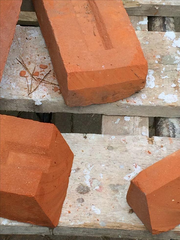 ... cegły docięte i przygotowane do ułożenia tuż przy drewnianych belkach...