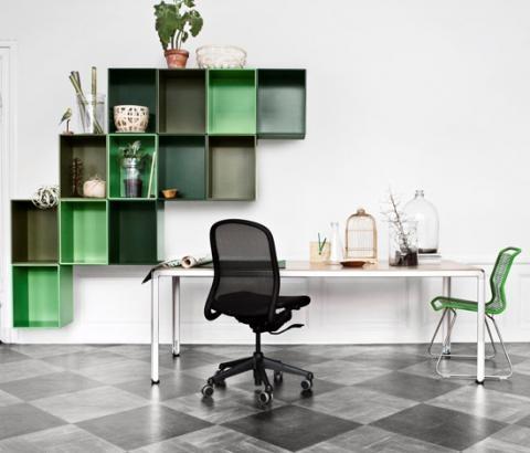 Muy buenas repisas color verde colgadas en forma de escalera muy original, quedan muy buenas!!