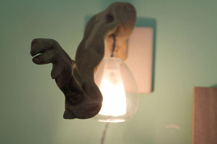 """""""Grisù"""" - Piastrella in pietra leccese sagomata a scalpello con innesti del legno di mare e del filo elettrico in cotone intrecciato. Luce racchiusa in un paralume in vetro soffiato."""
