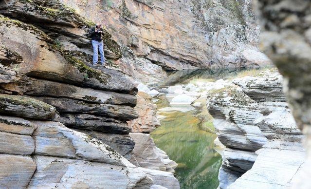 """Uşak'ta suyun sert kayalar üzerinde yüzlerce yılda oluşturduğu şekiller nedeniyle yöre halkının """"Taşyaran"""" adını verdiği vadi AA ekibi ve Uşak Belediyesi ekipleri tarafından havadan görüntülendi. Gediz Nehri'ne bağlanan akarsuyun donmasıyla """"buzdan akvaryum""""a dönüşen bölgede suyun şekillendirdiği kayalar, özgün bitki örtüsü ve doğal güzellikler dikkati çekiyor."""