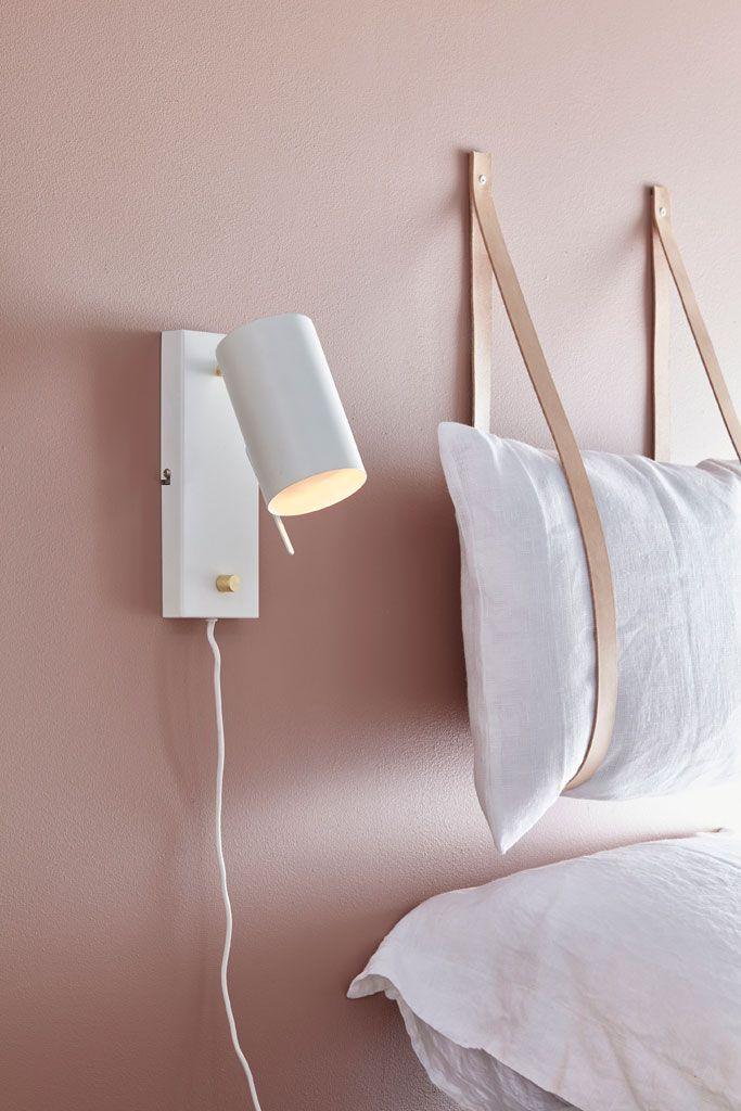 Une Applique Murale Utilisee Comme Lampe De Chevet Parement Mural Deco Chambre Chevet Mural