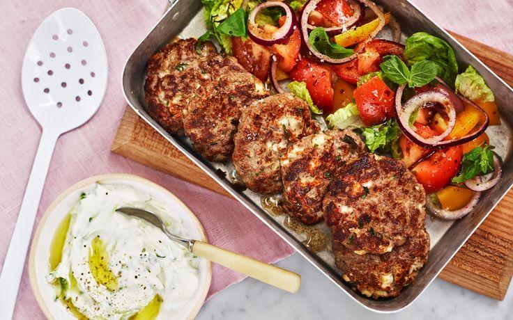 Saftiga biffar som får smak och sälta av vitost eller fetaost. Servera med sallad och tsatsiki.
