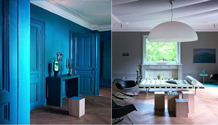 Minimalistisch huis met knalblauwe muren