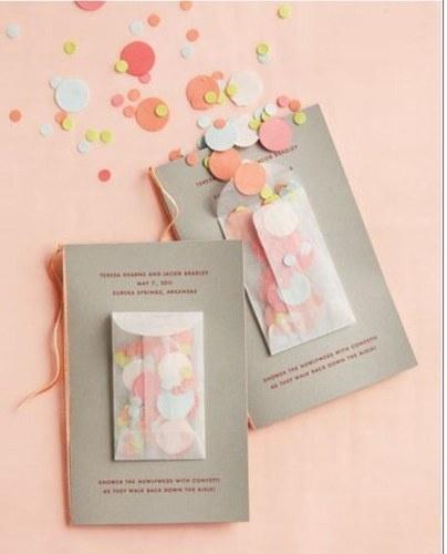 Idée pochette confettis sur livret de messe