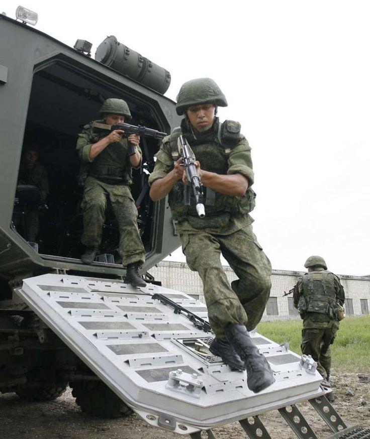 """Bild za Daily Mirror inf. o specjalnych oddziałach wojskowych wysłanych do Syrii w celu wsparcia lotnictwa dokonującego bombardowań pozycji antyrządowych rebeliantów, Na fot. żołnierze  jednostki nazywanej """"Krewkie Psy Kremla"""" podczas ćwiczeń w czerwcu 2015 przy użyciu opancerzonego wozu  """"Typhoon""""  https://de.scribd.com/doc/283284450/Europo-von-Robert-Gaw%C5%82owski-ETYKIETA-PDO202-von-Stefan-Kosiewski-ZECh-Andrzej-Duda-lektura-domowa-Huizinga-HdM-Zweites-Kapitel-FO602-Magazyn-Europejs"""