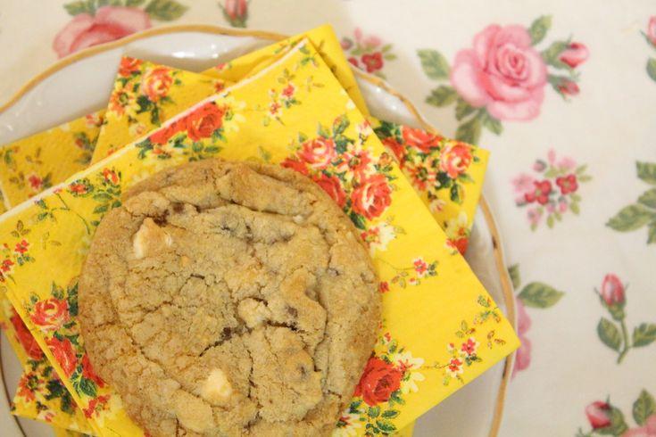 Cookies é uma das receitas com diversas variações. Existem infinitas possibilidades pra você transformar a receita e adaptar de acordo com o seu gosto e opções que encontrar em casa. Eu quis apresentar o cookie clássico de gotas de chocolate meio amargo, mas com um toque de chocolate branco. Dá pra colocar nozes, macadâmias, passas…....Ver Receita »