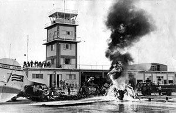 Aviones B-26 con insignias cubanas y procedentes de Puerto Cabezas, Nicaragua, bombardeaban el aeródromo Antonio Maceo, de Santiago de Cuba. Foto tomada de JRebelde