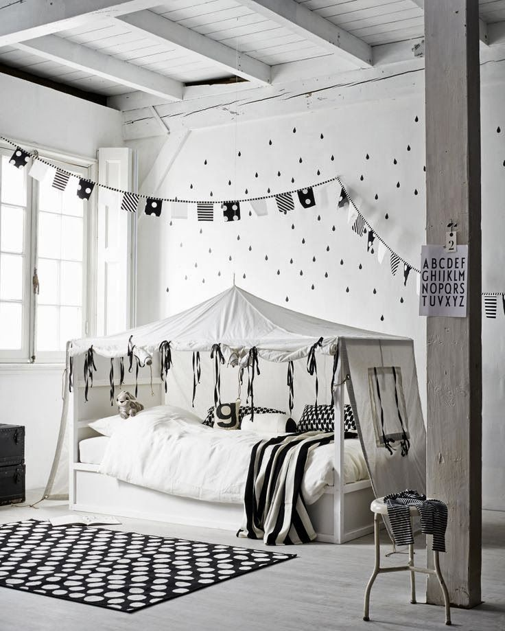 The Design Chaser: Kidsroom. Black and white with a touch of girlie. A #CanDoBaby! fave.