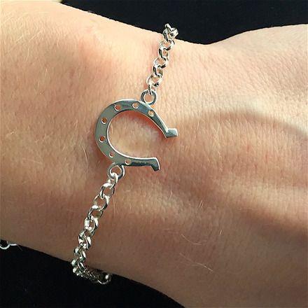Amoureux des chevaux ou adepte des porte-bonheur, ce bracelet très original entièrement réalisé en argent 925/000 est fait pour vous!   Ce bracelet se compose d'une chaîne  - 16980566
