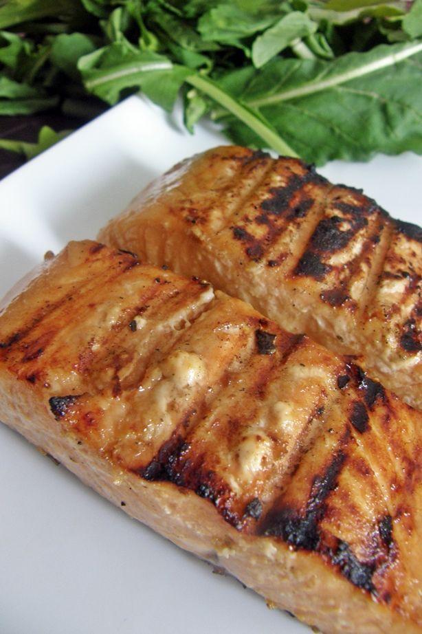 Este salmón va marinado en una mezcla de salsa de soya, jengibre fresco, ajo, jugo de naranja y miel de abeja. Queda con un sabor dulce y ahumado.