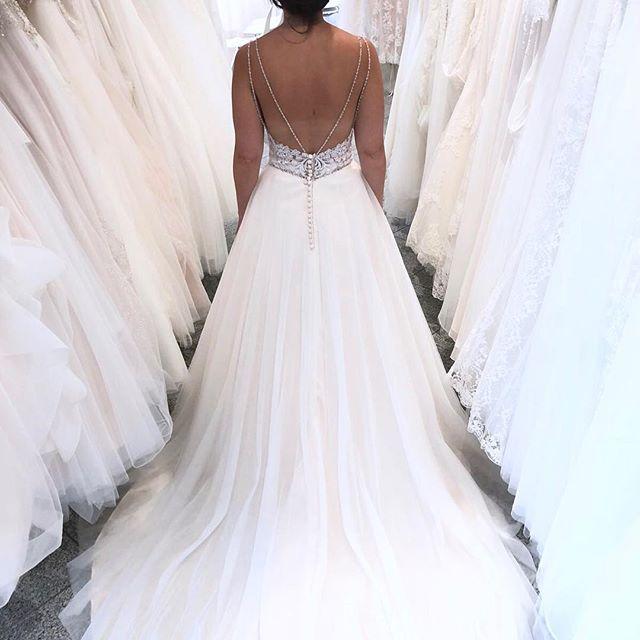 Eyecatcher Dieses Kleid Fallt Durch Seinen Extravaganten Rucken Auf Softtull Glitzer Und Pure Eleganz Kleid Hochzeit Brautmode Hochzeitskleid Spitze