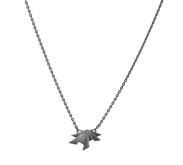 Moderne - Mørk - Maria Black! Halskæden hedder Frey, og er udført i oxideret sølv. Et flot smukke med et markant og råt design - det er Maria Black, når det er bedst! #mariablack #necklace #smykker #mariablackfrey