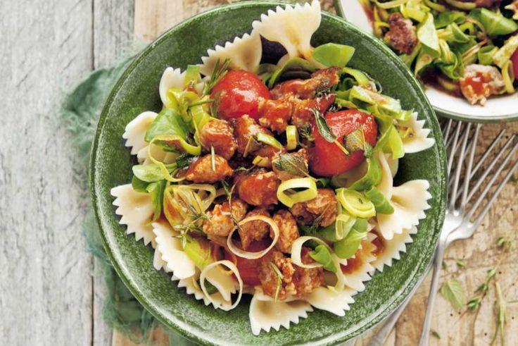 De gekruide saucijzen smaken geweldig in deze snelle pasta met prei en cherrytomaat. - Recept - Allerhande