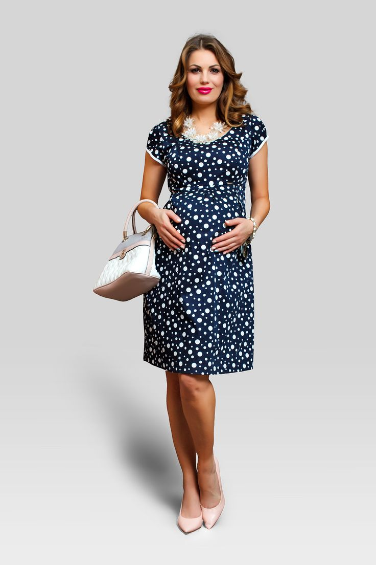 Daca esti adepta unui stil retro-chic, atunci rochia Mania pentru gravide este si pentru tine. De culoare bleumarin, cu buline albe, te vei simti in ea ca starul unui film din anii 40! Marginile albe si forma decolteului - aceeasi taietura atat in fata cat si in spate - o fac o rochie perfecta de vara. Iar talia inalta lasa loc burticii de gravida sa creasca.  #maternitystyle #maternitychic #fashion #spring