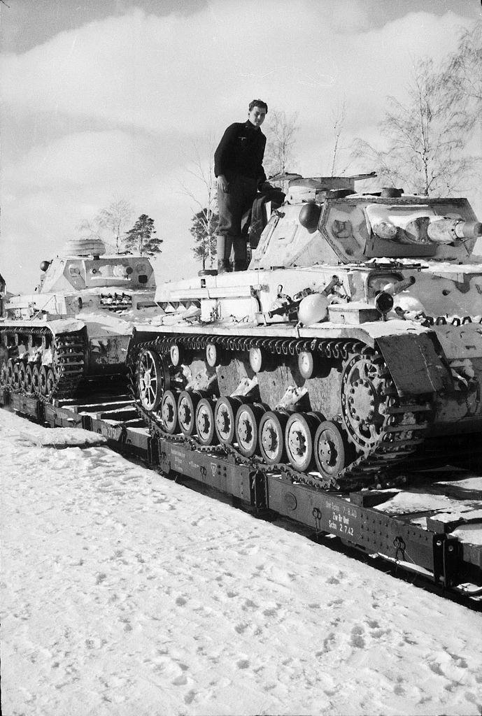 Un train du Panzer-Regiment 35 en gare de Karatchev, secteur d'Orel, début 1943 (4. Panzer-Division). La ville sera libérée en août de la même année et sera presque totalement détruite.  Derrière cet ancien Tauchpanzer IV se trouve un Panzer IV Ausf. F.  Identification and picture courtesy panzerregiment35.blogspot.com   ________ The Panzer Pictures Database | @PanzerDB (Twitter) | panzerdb.com