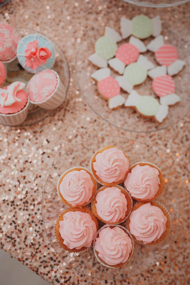 Хотите, чтобы ваша свадьба стала запоминающейся, стильной и трендовой? Удивите своих гостей ярким кэнди-баром!  Традиция оформлять сладкий стол на разного рода мероприятиях, включая свадьбы, чрезвычайно популярна на Западе. Как правило, это красиво оформленный фуршетный стол, который сервируется всевозможными сладостями. Список лакомств зависит лишь от вкусовых предпочтений .