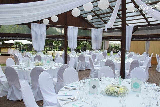miętowe dekoracje i białe kwiaty na weselu w boathouse