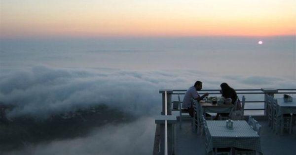 Νομίζεις ότι βρίσκεσαι σε αεροπλάνο! Εσείς αλήθεια πώς θα νιώθατε αν γευματίζατε πάνω από τα σύννεφα; Αν το ηλιοβασίλεμα έπεφτε μέσα στο πιάτο σας; Το χωριό Εξάνθεια στη Λευκάδα είναι ένα πανέμορφο αμφιθεατρικό χωριό σε υψόμετρο 628 μ. από την επιφάνεια της θάλασσας, κρεμασμένο στην πλαγιά… Νομίζεις ότι βρίσκεσαι σε αεροπλάνο! Εσείς αλήθεια πώς θα …