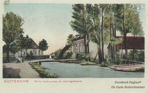 Kortekade met links een melkboer bij een bruggetje. op de achtergrond een kleine boerderij, en rechts arbeidershuisjes 1900