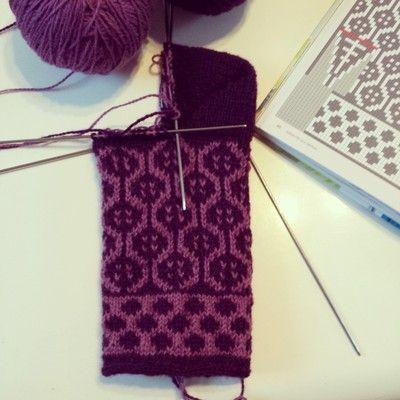 Nu är det nog dax för lite bilder på strumpor igen. Det är ju så otroligt roligt att sticka, o så användbart. O fort, det är ju så små pagg. Jag har ju väldigt mkt garn i små mängder o då passar det…