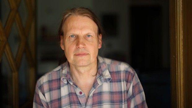 Kuva kertoo: Kaj Stenvall (taustaa). ..... Kaj Kristian Stenvall (s. 25. joulukuuta 1951 Tampere) on suomalainen taidemaalari, joka tunnetaan Disneyltä innoituksensa saaneista ankkamaalauksistaan.  Stenvallien perhe oli kaksikielinen: isänsä kanssa Kaj Stenvall puhui ruotsia ja äitinsä kanssa suomea. Vuonna 1969 hän aloitti vakavammin piirtämisen ja öljyvärimaalauksen.