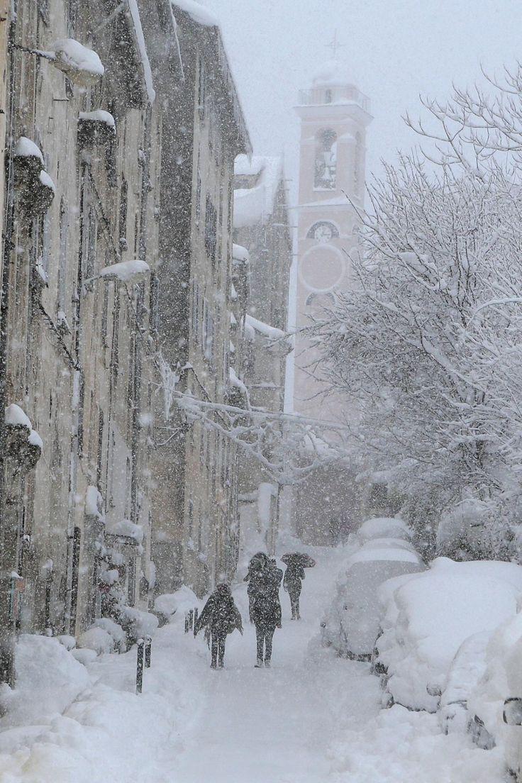 http://www.nicematin.com/meteo/10-photos-de-la-corse-sous-un-beau-manteau-neigeux-106734