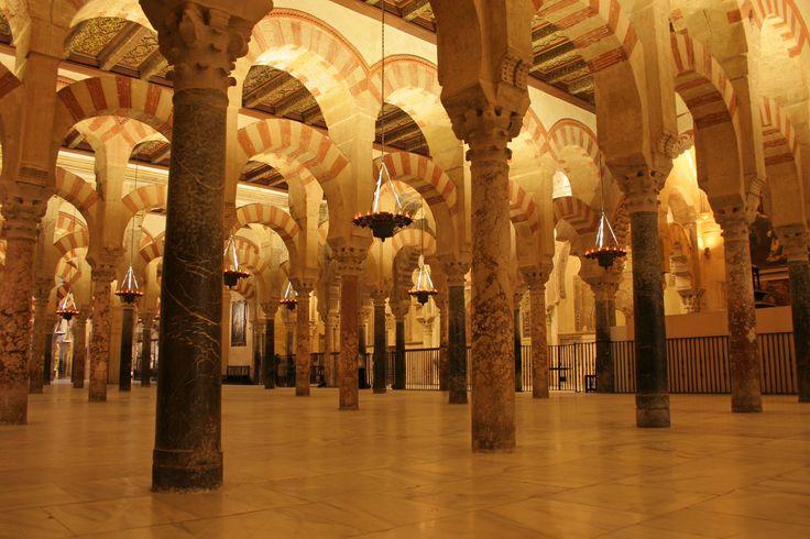 1. MEZQUITA DE CÓRDOBA  Elegida la primera de Europa y la cuarta del mundo, la Mezquita de Córdoba es una de las grandes maravillas arquitectónicas del arte islámico, declarada Patrimonio de la Humanidad por la Unesco.