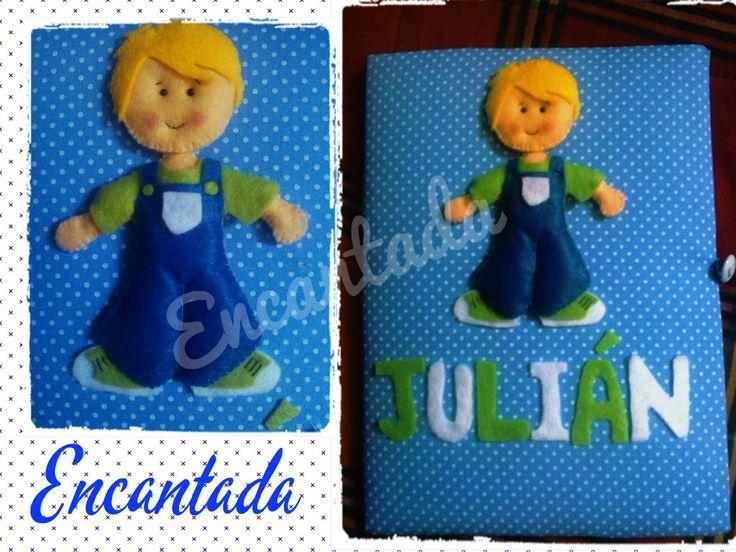 Cuaderno forrado en tela con diseño de niño y nombre del bebé.