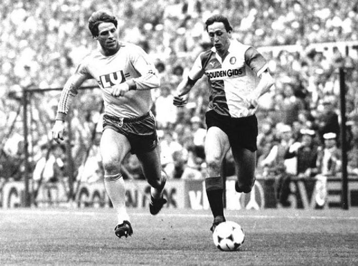 Finla de GKNVB Cup, entre Feyenoord Vs Fortuna Sittard 1-0. JohanCruyff (Feyenoord) es seguido por  Dekker, el 02 de Mayo 1984