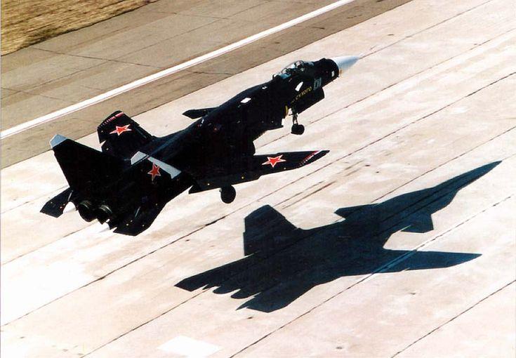 Su-47 Berkut in volo radente